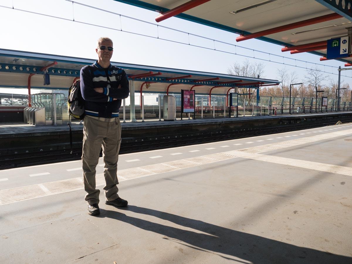 Wachten op de trein in Almere